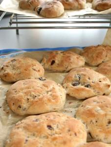 Vers uit de oven: glutenvrije krentenbollen