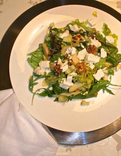 Salade met peer, walnoten en geitenkaas