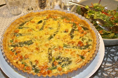 Hartige taart met groene asperges en zalm