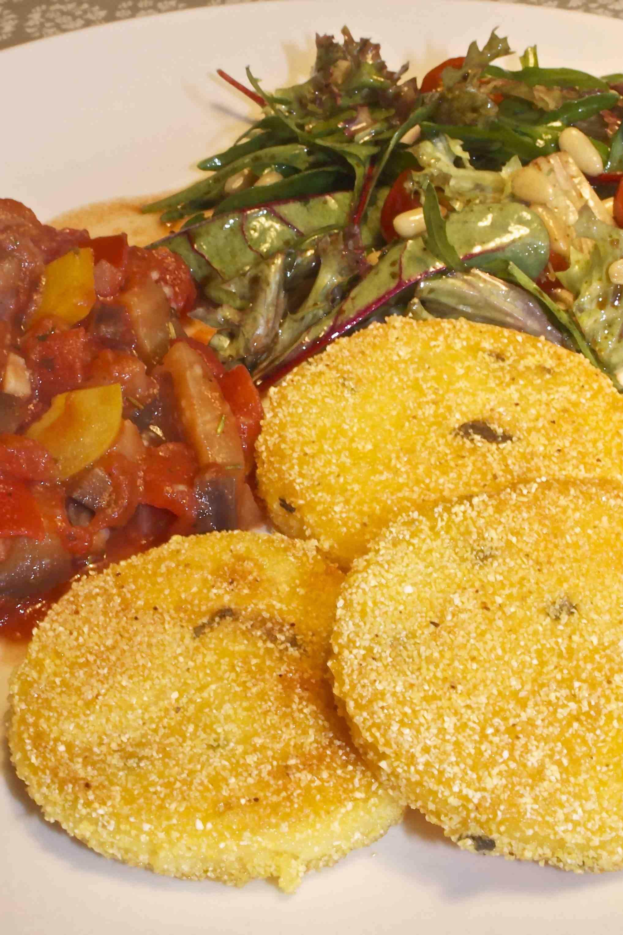 Polentakoekjes met aubergine-tomatensaus