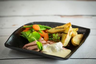 Hutten's varkenshaas met roomsaus en gepofte nicola-aardappelen