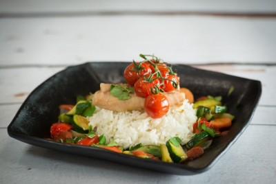 Hutten's gepocheerde Claressefilet met witte rijst, roerbakgroenten en gepofte trostomaatjes met een tomatensaus